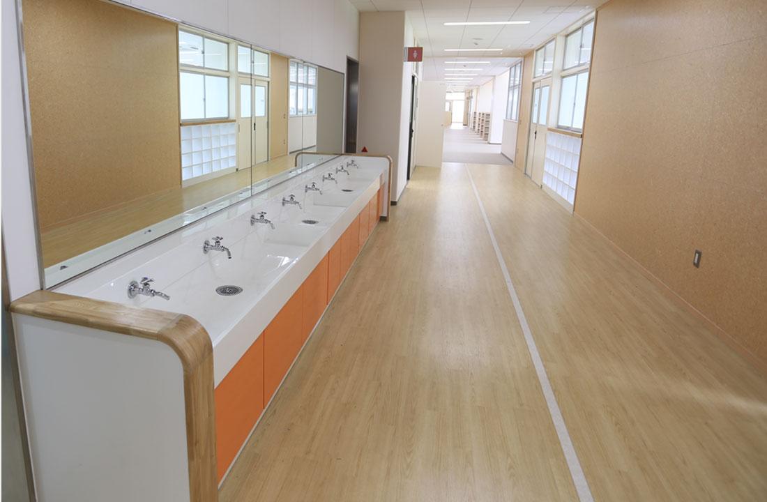 足立区立鹿浜五色桜小学校 - 手洗い場